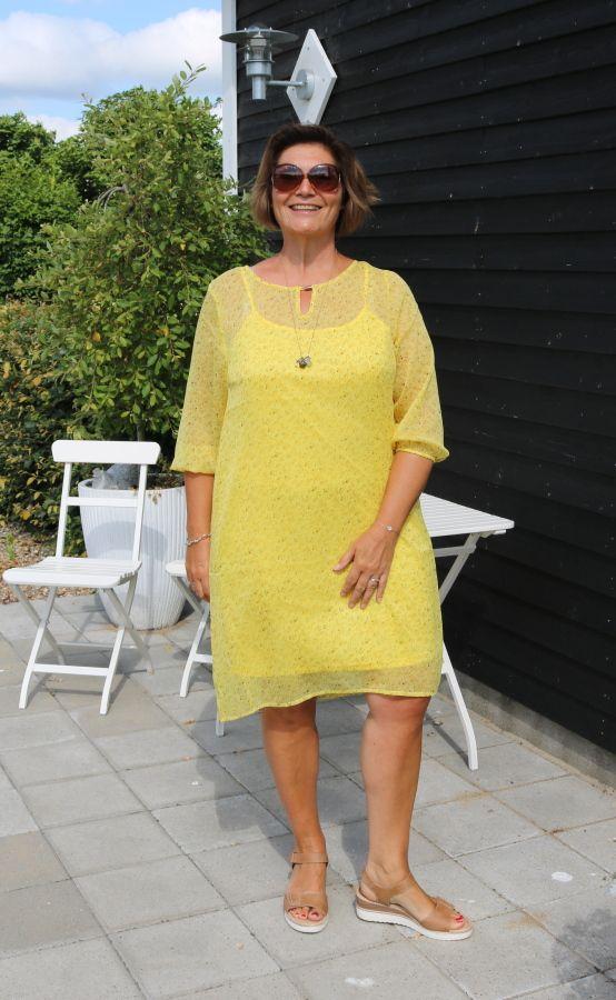 Sommerkjole, gul med print og underkjole, Hennie